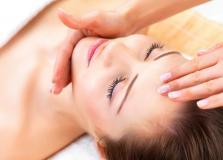 Massaggio viso rilassante e benefico